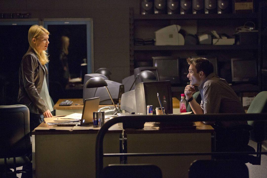 Carrie (Claire Danes, l.) und Quinn (Rupert Friend, r.) machen sich auf die Suche nach dem Bombenbauer von Langley, während Familie Brody schockiere... - Bildquelle: 2013 Twentieth Century Fox Film Corporation. All rights reserved.