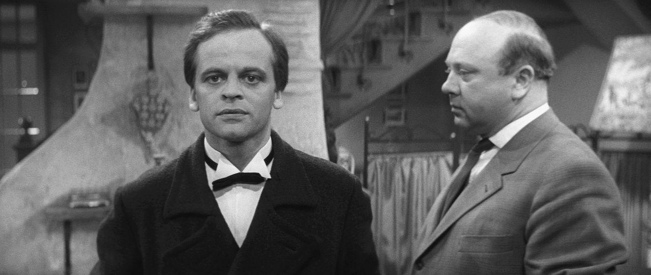 Haben Fabian Gilder (Werner Peters, r.) und der Butler Thomas Fortuna (Klaus Kinski, l.) etwas mit den seltsamen Morden in den Ruinen der Fossaway-A... - Bildquelle: Constantin Film