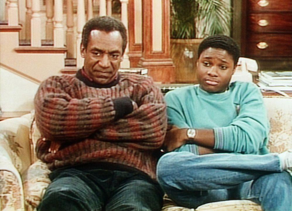 Kritisch vergleichen Cliff (Bill Cosby, l.) und Theo (Malcolm-Jamal Warner, r.) das Profispiel im Fernsehen mit den Techniken der kleinen Rudy. - Bildquelle: Viacom