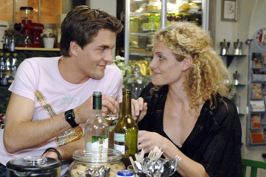 Maja (Barbara Lanz, r.) tröstet sich mit Lars (Alexander Klaws, l.). - Bildquelle: Oliver Ziebe Sat.1