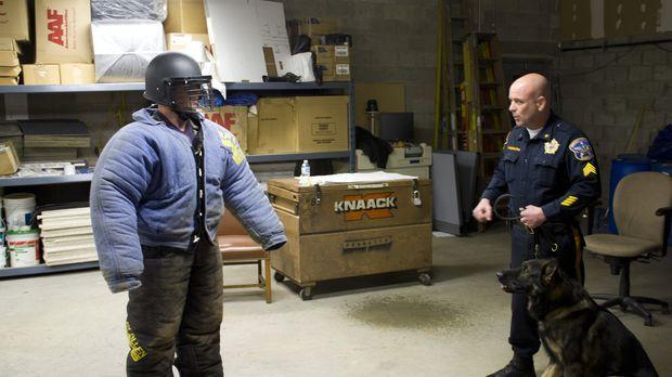 Hundetrainer Tim Scannell (r.) bildet viele Polizei- und Familienhunde aus. J...
