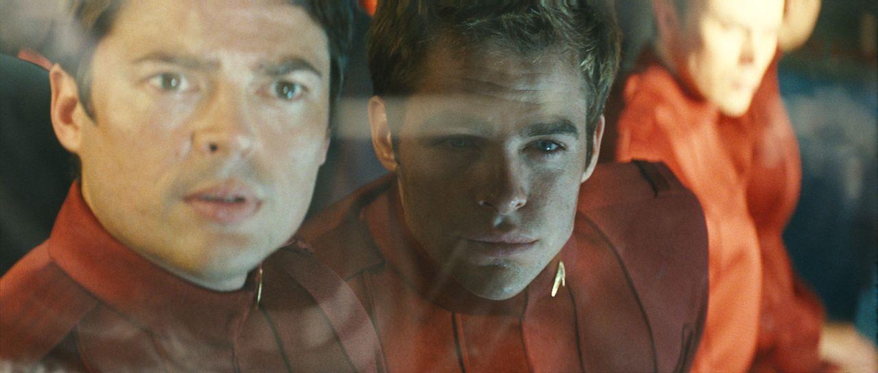 """Als """"Pille"""" (Karl Urban, l.) Kirk (Chris Pine, r.) an Bord des neuen Raumschiffes"""" Enterprise"""" schmuggelt, ahnt er nicht, dass im All ein rachsücht... - Bildquelle: Paramount Pictures"""
