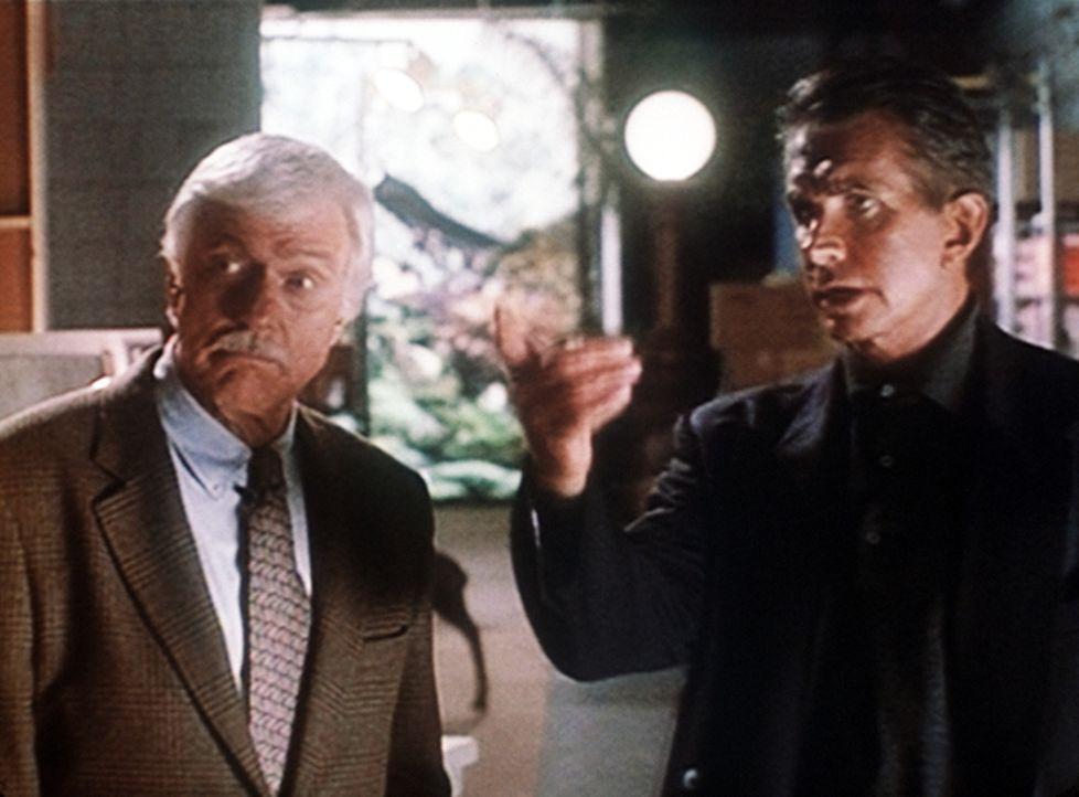 """Mark (Dick Van Dyke, l.) befragt den Chef der Fernsehshow """"Übersinnliche Freunde"""". Er hält ihn für einen der Verdächtigen, der aus Geldgier sein... - Bildquelle: Viacom"""