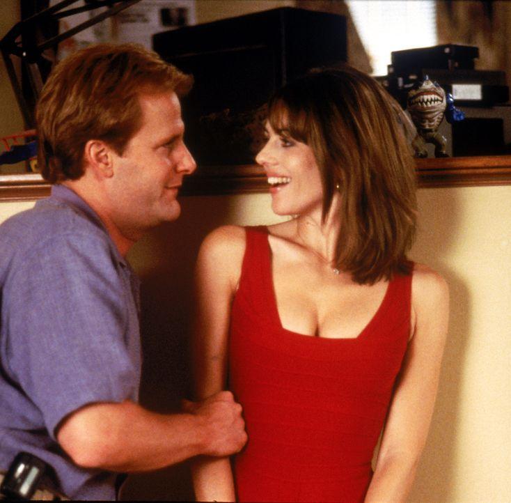 Schnell schließt Tim (Jeff Daniels, l.) mit dem Außerirdischen in Menschengestalt Freundschaft und lässt ihn bei sich wohnen. Seinen Freunden und... - Bildquelle: Buena Vista Pictures