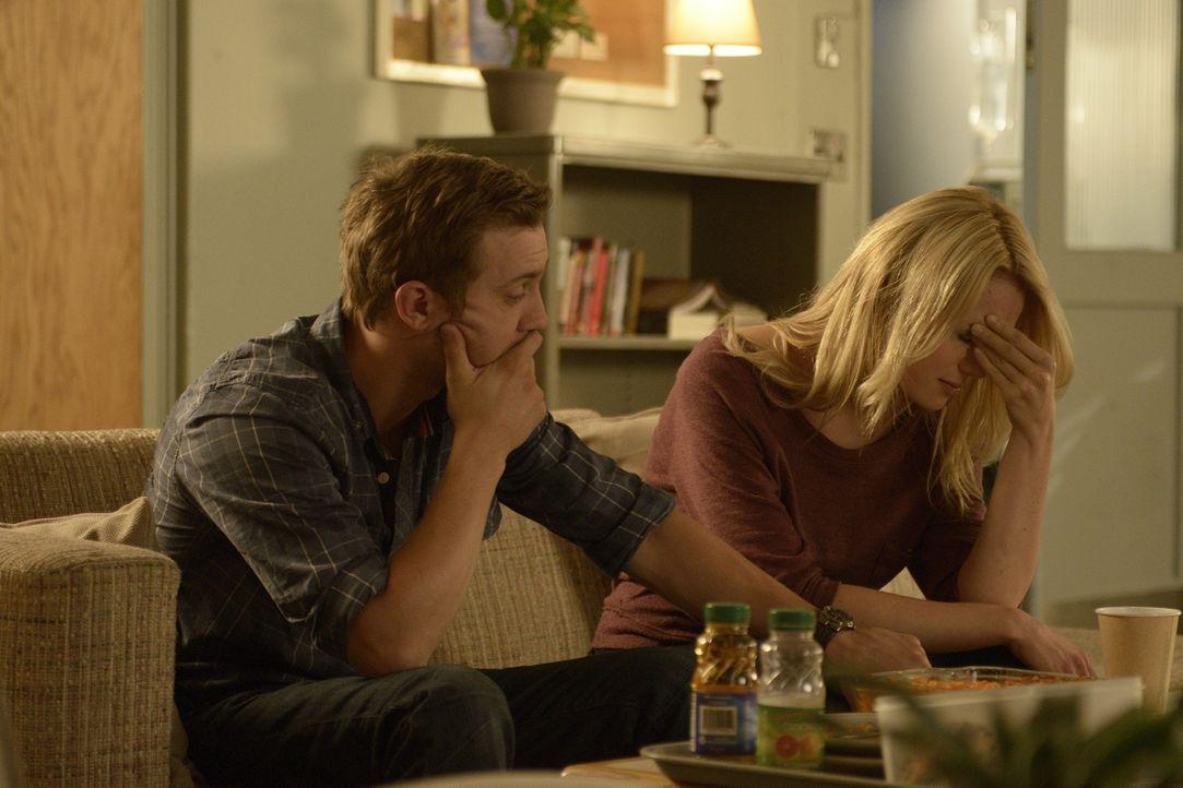 Machen sich große Sorgen um Erin: Josh (Sam Huntington, l.) und Nora (Kristen Hager, r.) ... - Bildquelle: Phillipe Bosse 2013 B.H. 2 Productions (Muse) Inc. ALL RIGHTS RESERVED.