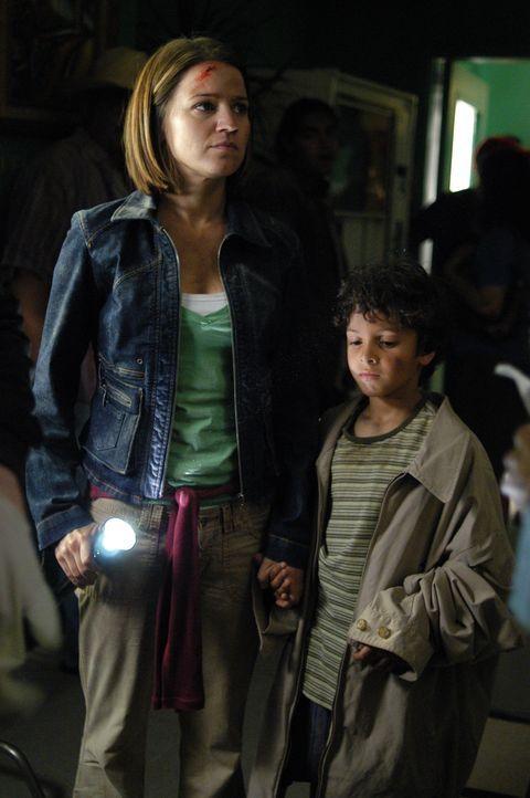 Eva (Anna Belknap, l.) konnte sich und einen kleinen Jungen retten ... - Bildquelle: CBS Television