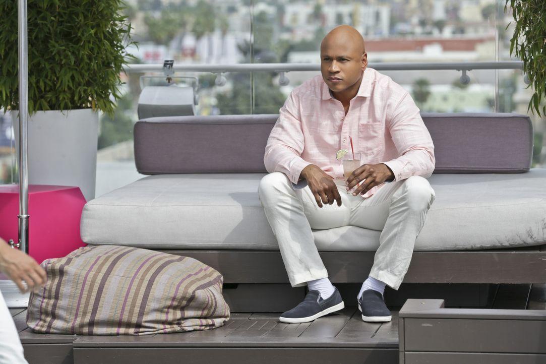 Callen und Sam (LL Cool J) sind schockiert, als ein alter Bekannter, von dem sie dachten, er wäre Opfer eine Mordes geworden, auftaucht und um ihre... - Bildquelle: CBS Studios Inc. All Rights Reserved.
