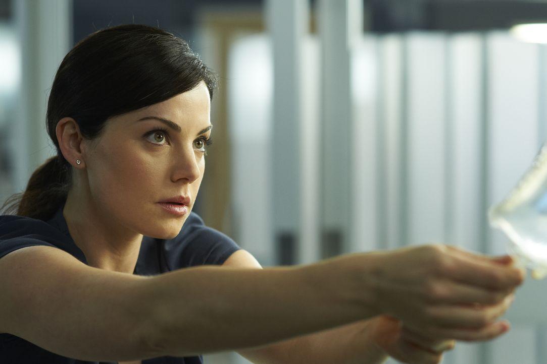 Alex' (Erica Durance) Patientin unterzieht sich einer Routine-Operation, als plötzlich Komplikationen auftreten ... - Bildquelle: 2012  Hope Zee One Inc.