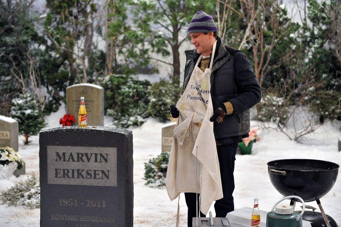 Besucht, das Grab seines Vaters und versucht die Erinnerung an ihn mit einem traditionellen Picknick am Leben zu halten: Marshall (Jason Segel) ... - Bildquelle: 20th Century Fox International Television