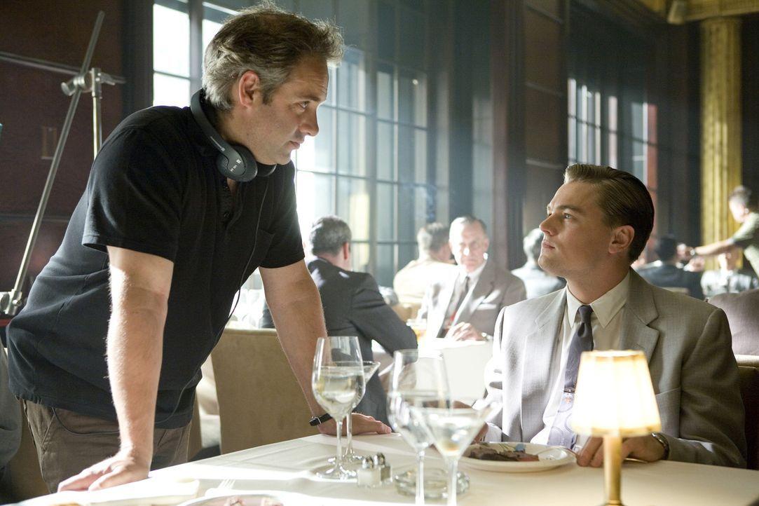 Am Filmset:Leonardo DiCaprio, r. lauscht den Regieanweisungen von Sam Mendes, l. - Bildquelle: 2007 Dreamworks,  LLC.