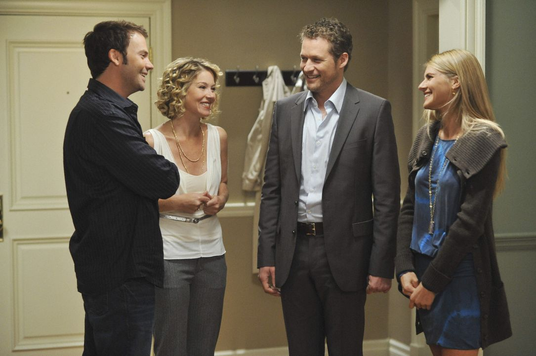 Samantha (Christina Applegate, 2.v.l.) hat Owen (James Tupper, 2.v.r.) immer noch nicht gesagt, dass ihr Ex-Freund Todd (Barry Watson, l.) in ihrer... - Bildquelle: 2008 American Broadcasting Companies, Inc. All rights reserved.