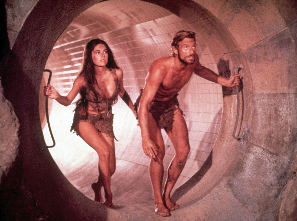 Auf der Flucht: Brent (James Franciscus, r.) und Nova (Linda Harrison, l.) ... - Bildquelle: 20th Century Fox