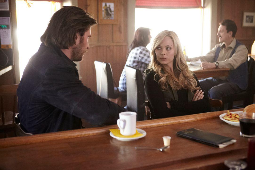 Elena (Laura Vandervoort, r.) ist sich sicher, dass sie ihren Gefühlen Clay (Greyston Holt, l.) gegenüber nicht nachgeben will, doch wie lange wird... - Bildquelle: 2014 She-Wolf Season 1 Productions Inc.