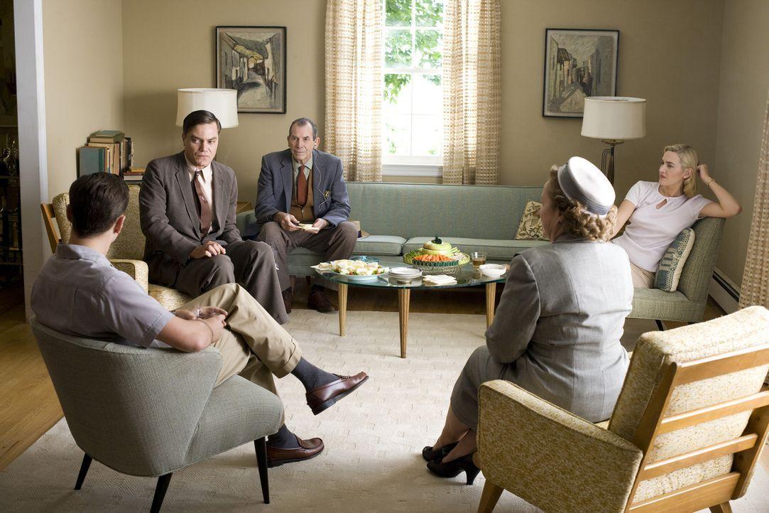 Ihre Besuche mit John (Michael Shannon, 2.v.l.) bei den Wheelers (Leonardo DiCaprio, l. und Kate Winslet, r.) enden meist in einem Debakel: die Makl... - Bildquelle: 2007 Dreamworks,  LLC.