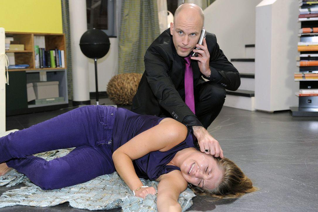 Nach ihrem Zusammenbruch wird Katja (Karolina Lodyga, unten) von Gerrit (Lars Löllmann, oben) gefunden ... - Bildquelle: Oliver Ziebe Sat.1