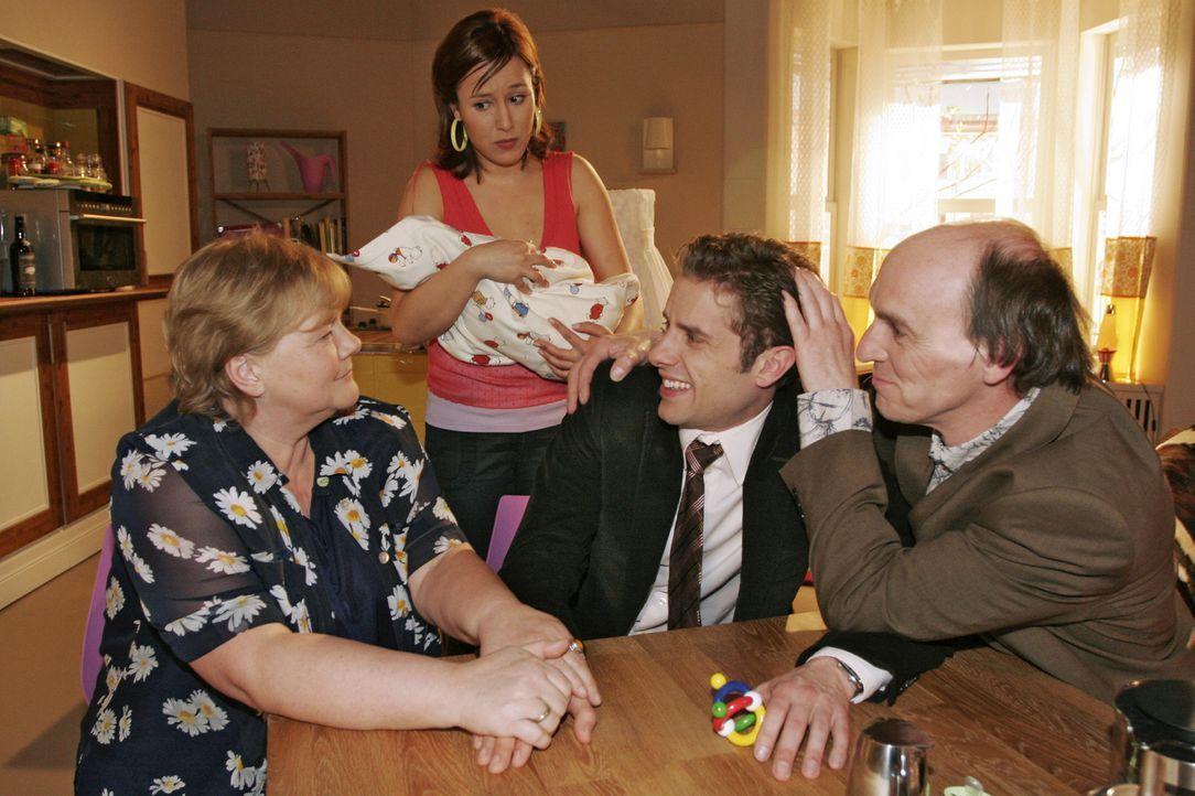 Yvonne (Bärbel Schleker, 2.v.l.) ist mit dem Besuch ihrer Eltern (Christiane Ziehl, l., Bernd Raucamp, r.) überfordert und ist Max (Alexander Sternb... - Bildquelle: Noreen Flynn Sat.1
