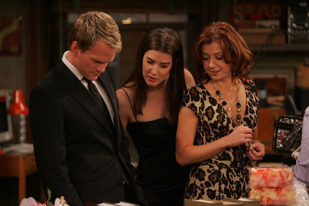 Damit Barney (Neil Patrick Harris, l.), Robin (Cobie Smulders, M.) und Lily (Alyson Hannigan, r.) Zutritt zum Schulball erhalten, müssen sie sich n... - Bildquelle: 20th Century Fox International Television
