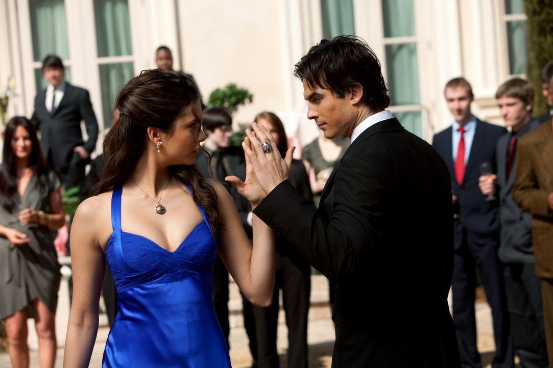 Wo ist Stefan? Gut, dass Damon (Ian Somerhalder, r.) zur Stelle ist, um Elenas (Nina Dobrev, l.) Partner zu vertreten. - Bildquelle: Warner Bros. Television