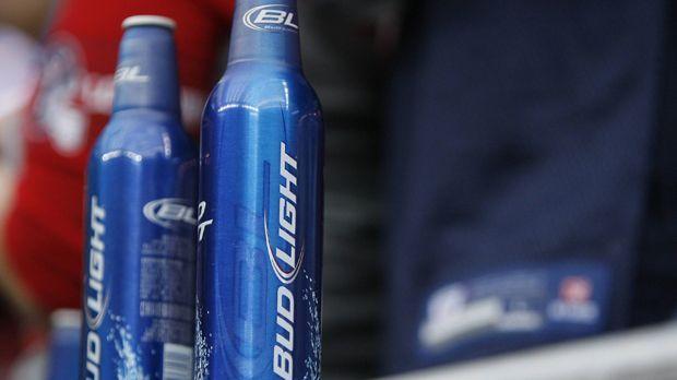 Welche Firma zeigt nach dem Münzwurf den ersten Spot? - Bildquelle: imago sportfotodienst