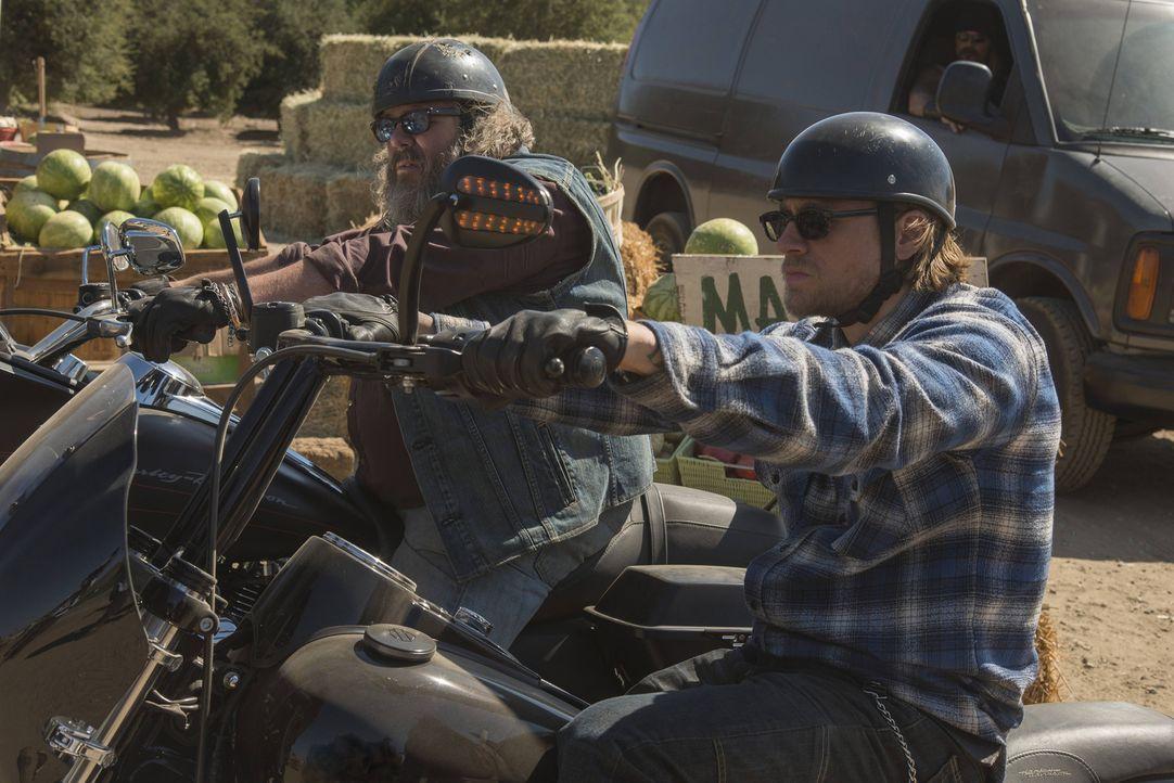 Als Jax (Charlie Hunnam, r.) und Bobby (Mark Boone, l.) herausfinden, was sie bei dem Überfall wirklich erbeutet haben, kommen Fragen auf ... - Bildquelle: Prashant Gupta 2013 Twentieth Century Fox Film Corporation and Bluebush Productions, LLC. All rights reserved.