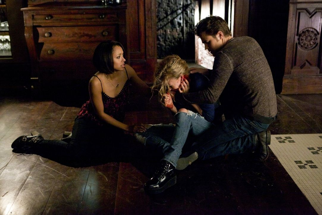 Nachdem ein Vampir ohne Emotionen die mächtige Liv (Penelope Mitchell, M.) fast getötet hat, müssen Stefan (Paul Wesley, r.) und Bonnie (Kat Graham,... - Bildquelle: Warner Brothers