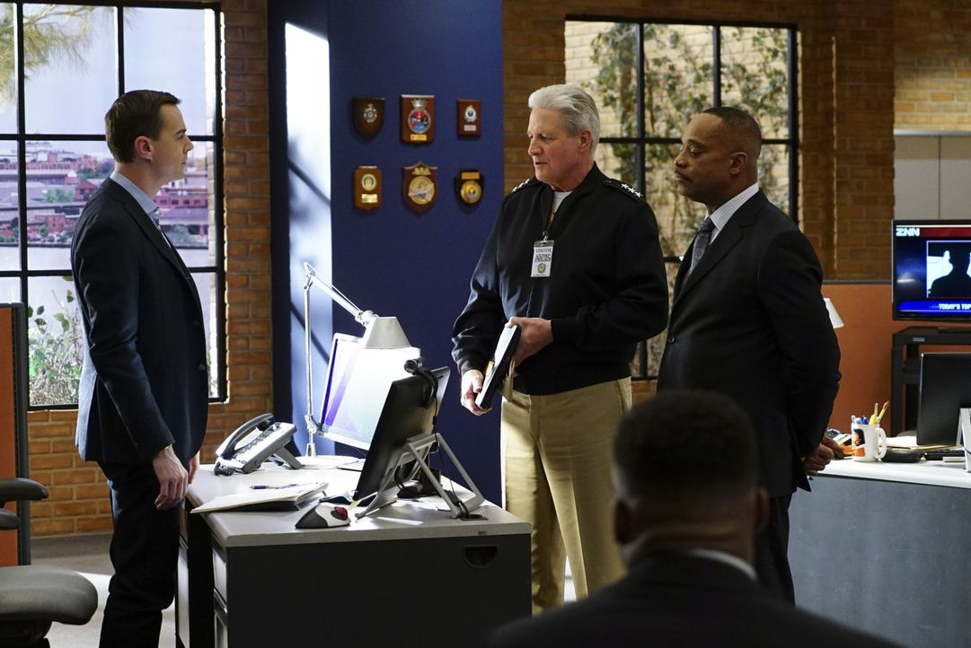 Nachdem Vice Admiral C. Clifford Chases (Bruce Boxleitner, M.) Laptop von einem Virus befallen wurde, bittet er Timothy McGee (Sean Murray, l.) und... - Bildquelle: 2016 CBS Broadcasting, Inc. All Rights Reserved