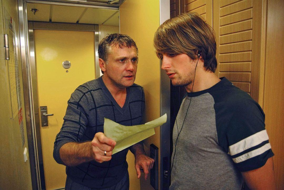 Christian (Bernhard Schir, l.) findet Susannes Abschiedsbrief. Verzweifelt sucht er sie auf dem ganzen Schiff und bittet Jonas (Axel Schreiber, r.)... - Bildquelle: Hardy Spitz Sat.1