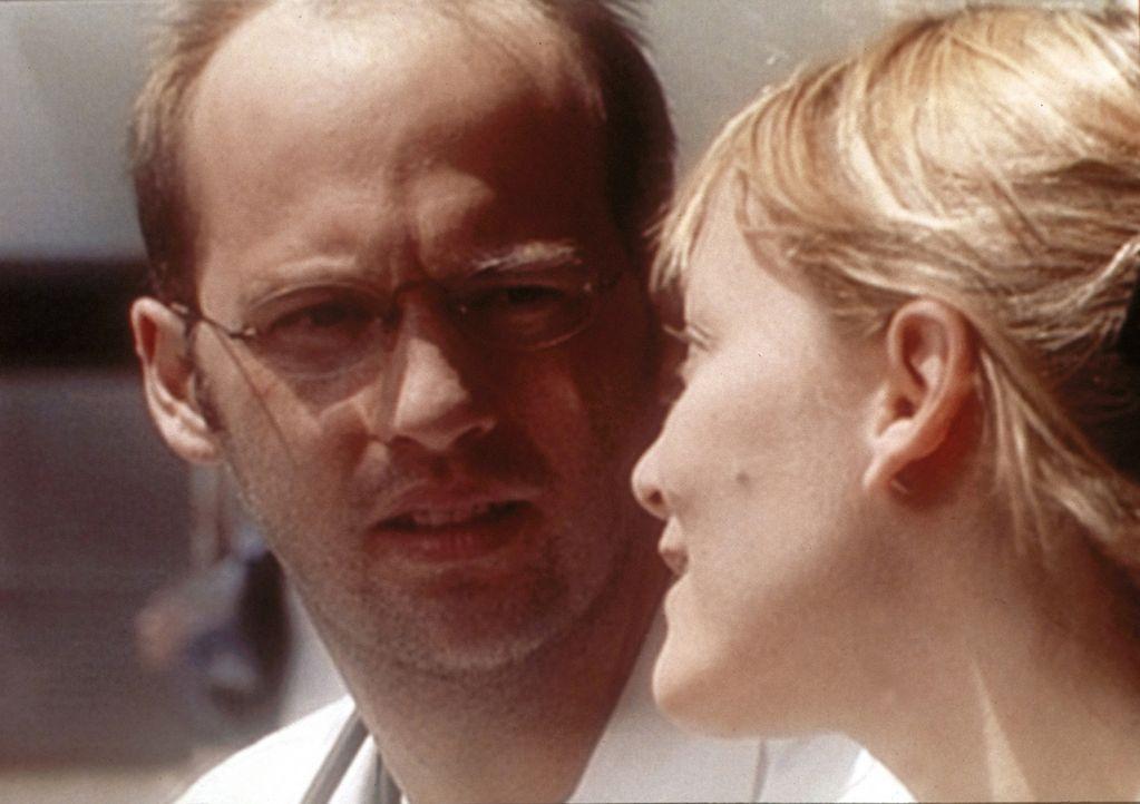 Dr. Greene (Anthony Edwards, l.) entschließt sich, einem Deal mit Dr. Weaver zuzustimmen. - Bildquelle: TM+  WARNER BROS.