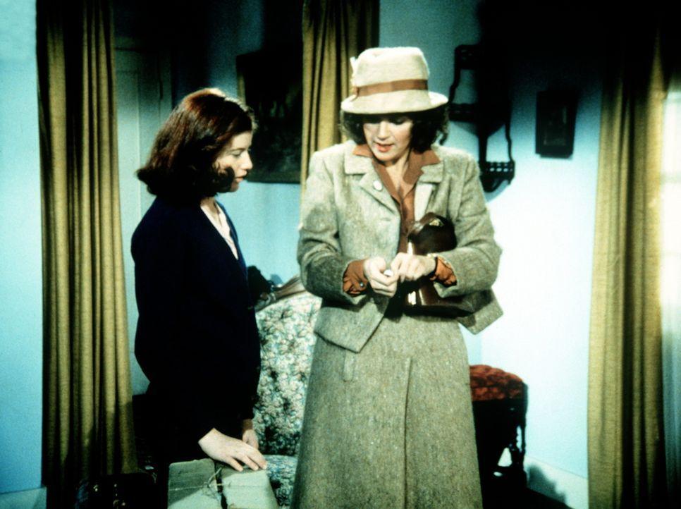 Elizabeth (Kami Cotler, l.) zeigt der Lehrerin Hazel Lamphere (Susan Krebs, r.) ihre neue Wohnung. - Bildquelle: WARNER BROS. INTERNATIONAL TELEVISION