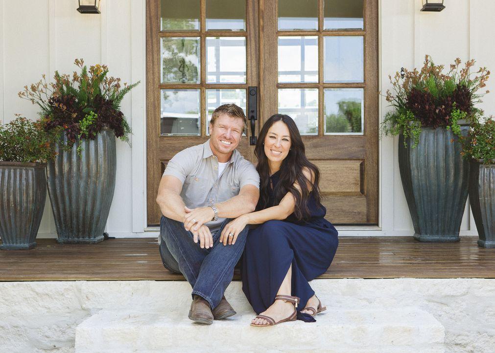 Joanna (r.) und Chip Gaines (l.) sind ein eingeschworenes Aufmöbelungs-Team. Mit echter Knochenarbeit und viel Gefühl für Design und Individualität... - Bildquelle: Jennifer Boomer 2016, HGTV/Scripps Networks, LLC. All Rights Reserved.