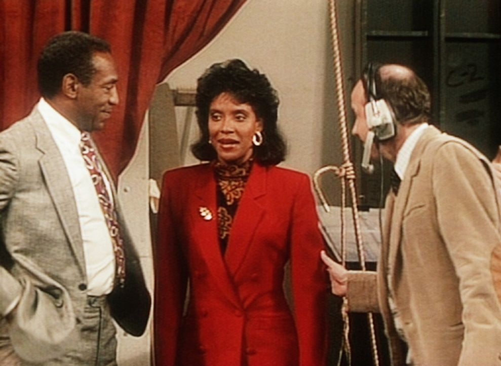 Cliff Huxtable (Bill Cosby, l.) ist sehr stolz auf seine Frau Clair (Phylicia Rashad, M.), die als Teilnehmerin zu einer Fernsehdiskussion eingelade... - Bildquelle: Viacom