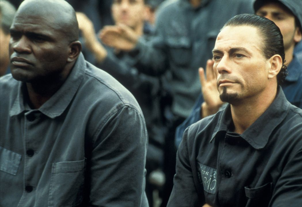 Nach und nach steigt Kyle (Jean-Claude Van Damme, r.) zum Star der Lagerkämpfe auf, bis ihm klar wird, dass er nur eine Marionette der grausamen Ve... - Bildquelle: NU IMAGE