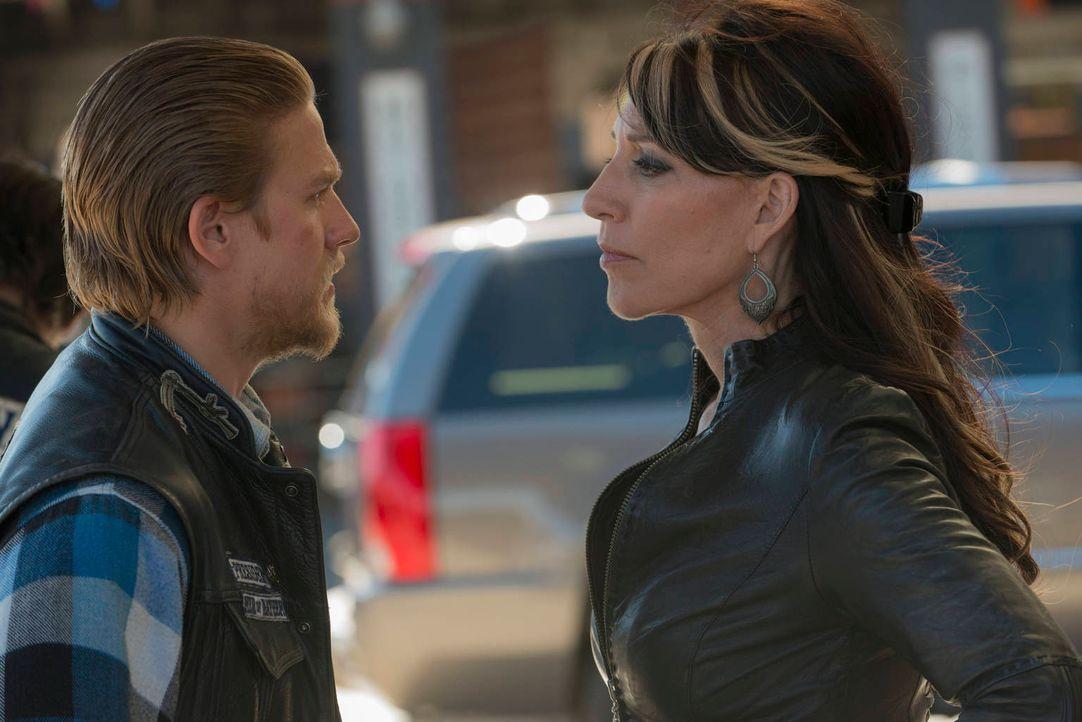 Auch Jax (Charlie Hunnam,l.) erkennt, dass seine Mutter Gemma (Katey Sagal, r.) nicht mehr so ist wie früher ... - Bildquelle: 2012 Twentieth Century Fox Film Corporation and Bluebush Productions, LLC. All rights reserved.
