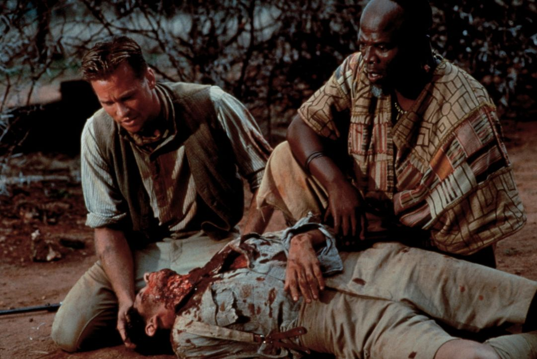 Entsetzt müssen Patterson (Val Kilmer, l.) und Samuel (John Kani, r.) entdecken, dass auch Starling (Brian McCardie, liegend) einer Löwenattacke z... - Bildquelle: Paramount Pictures