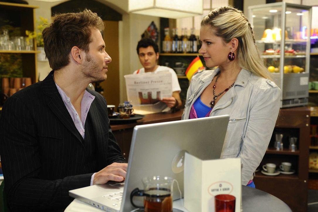 Das Missverständnis nimmt seinen Lauf, Enrique (Jacob Weigert, l.) wird beinahe von Mia (Josephine Schmidt, r.) als Toni ertappt, als beide vor ihr... - Bildquelle: SAT.1