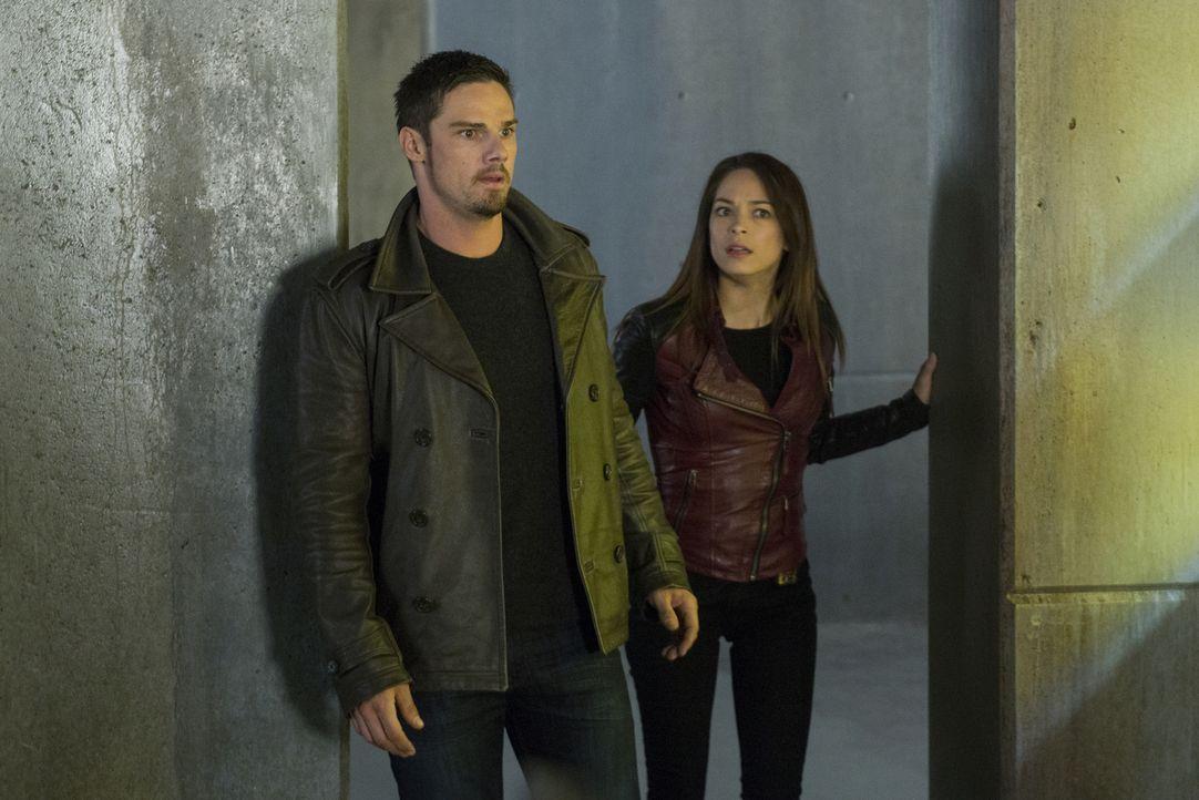 Vincent (Jay Ryan, l.) und Cat (Kristin Kreuk, r.) sind noch immer auf der Suche nach Sam Landon. Doch der setzt alles daran, eine Bestie zu erschaf... - Bildquelle: 2013 The CW Network, LLC. All rights reserved.