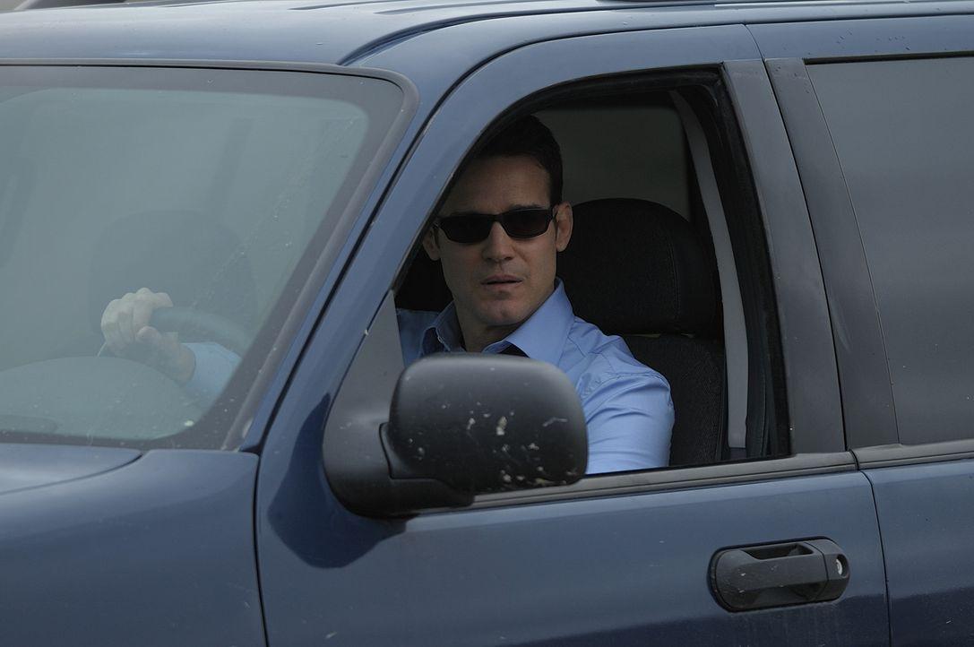 Als die mysteriöse Agentin Mrs. Frederick vor ihm steht, hat Agent Pete Lattimer (Eddie McClintock) eigentlich gar keine andere Wahl, als den Spezia... - Bildquelle: Philippe Bosse SCI FI Channel