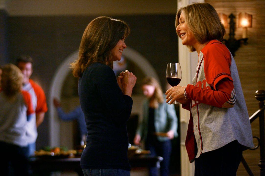 Nora Walker (Sally Field, l.) hat ihre alte Freundin Miranda (Susan Sullivan, r.) zu einem Spiele-Abend eingeladen. - Bildquelle: Disney - ABC International Television