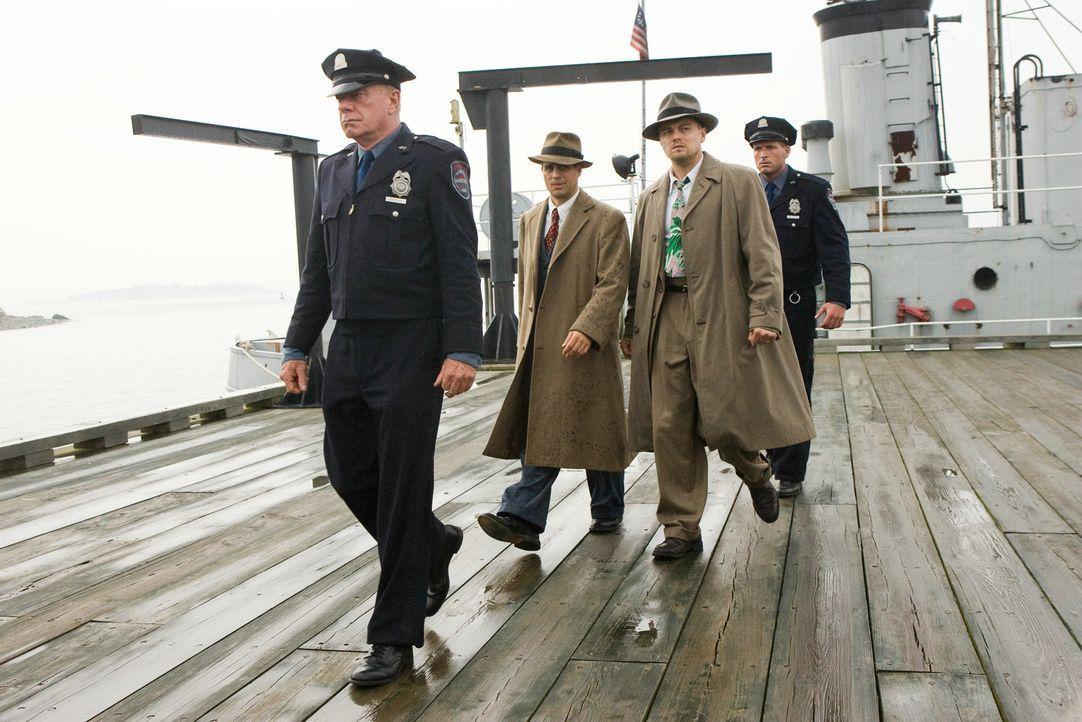 1954 landet der U.S.-Marshal Teddy Daniels (Leonardo DiCaprio, r.) mit seinem Partner Chuck Aule (Mark Ruffalo, 2.v.l.) auf dem entlegenen Shutter I... - Bildquelle: 2010 Concorde Filmverleih GmbH.