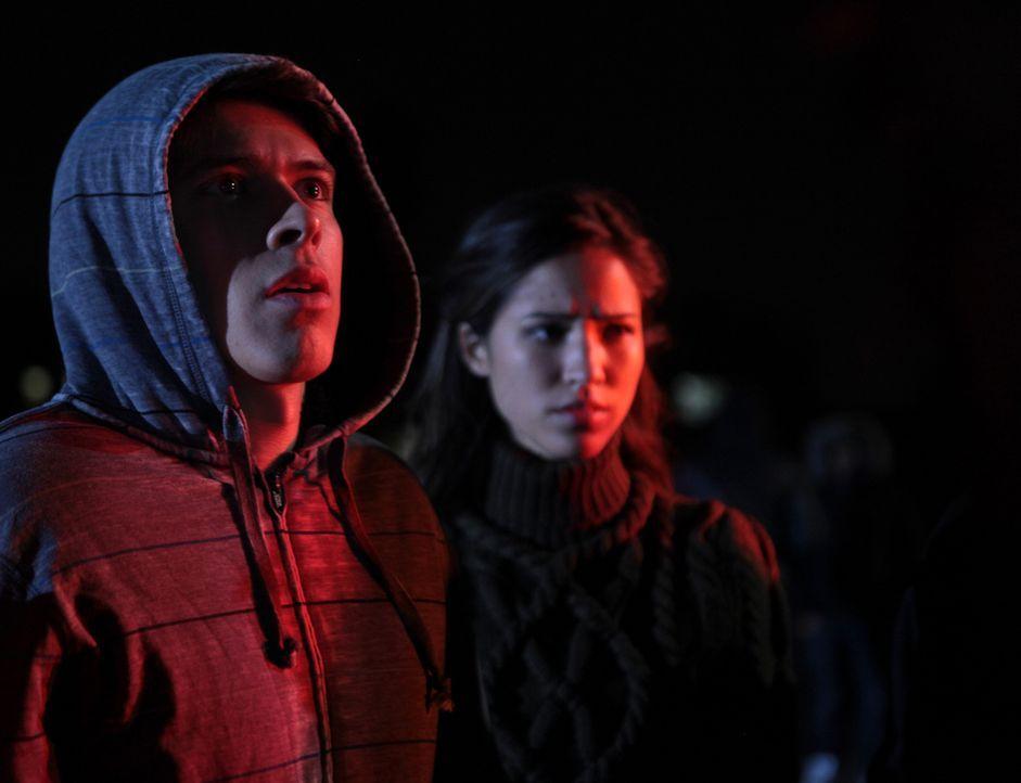 Noch wissen Emily (Kelsey Chow, r.) und ihr Bruder Mark (Craig Henningsen, l.) nicht, was ihr Mitschüler Sean vor ihnen verheimlicht ... - Bildquelle: RUN THE MOVIE LLC 2011