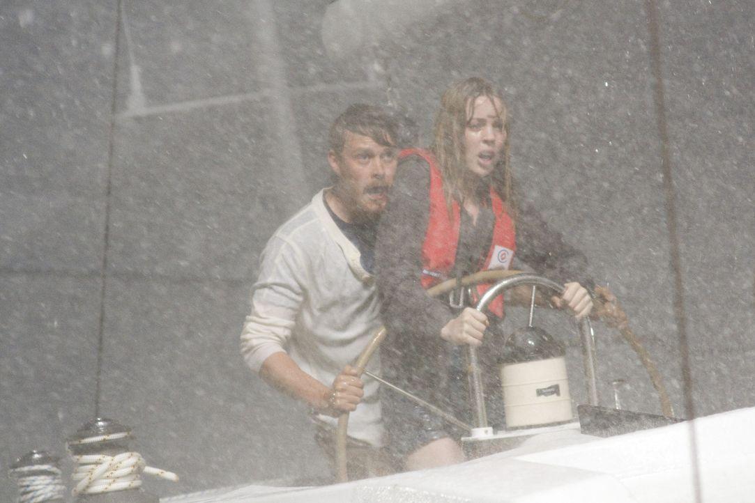 Alle Alpträume werden wahr: Greg (Michael Dorman, hinten) und Jess (Melissa George, vorne) ... - Bildquelle: Icon Entertainment/Ascot Elite