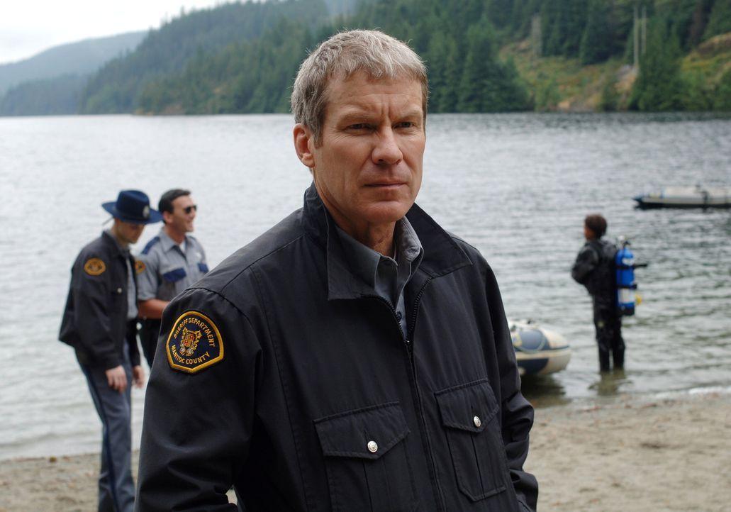 Kann sich das mysteriöse Verschwinden des jungen Mädchen nicht erklären: Sheriff Jake Devins (Dainel Hugh Kelly) ... - Bildquelle: Warner Bros. Television