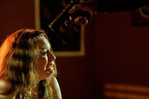 Surviving Evil - Die 17-jährige Melissa (Cydney Penner) wird von sechs Männer...