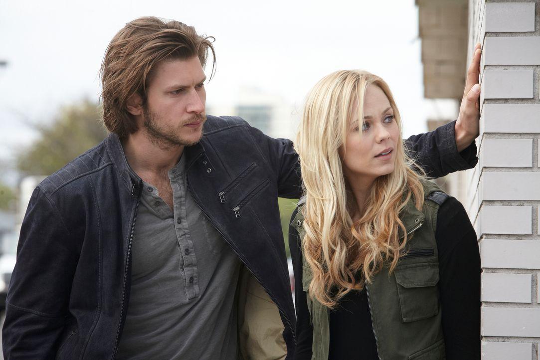 Die Tatsache, dass sie viel Zeit miteinander verbringen, hinterlässt bei Elena (Laura Vandervoort, r.) und Clay (Greyston Holt, l.) Spuren ... - Bildquelle: 2014 She-Wolf Season 1 Productions Inc.