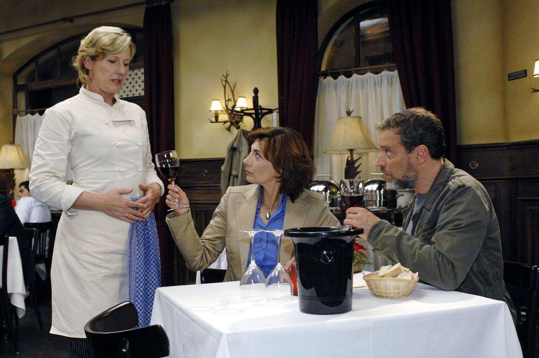 Ulrich (Wolfgang Wagner, r.) und Steffi (Karin Kienzer) lassen den Wein bei Susanne (Heike Jonca, l.) zurückgehen ... - Bildquelle: Oliver Ziebe Sat.1