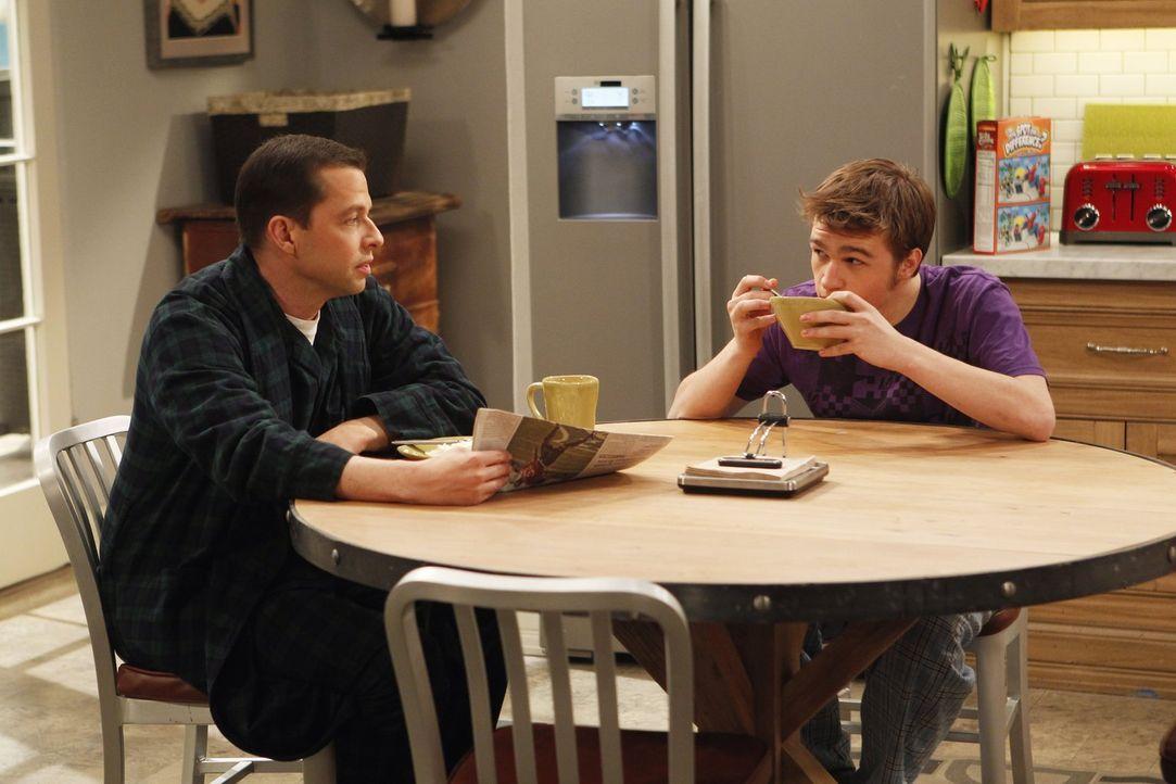 Jake (Angus T. Jones, r.) und Eldridge sind davon überzeugt, dass sie Zwillinge werden, sollten Alan (Jon Cryer, l.) und Lyndsey heiraten ... - Bildquelle: Warner Brothers Entertainment Inc.