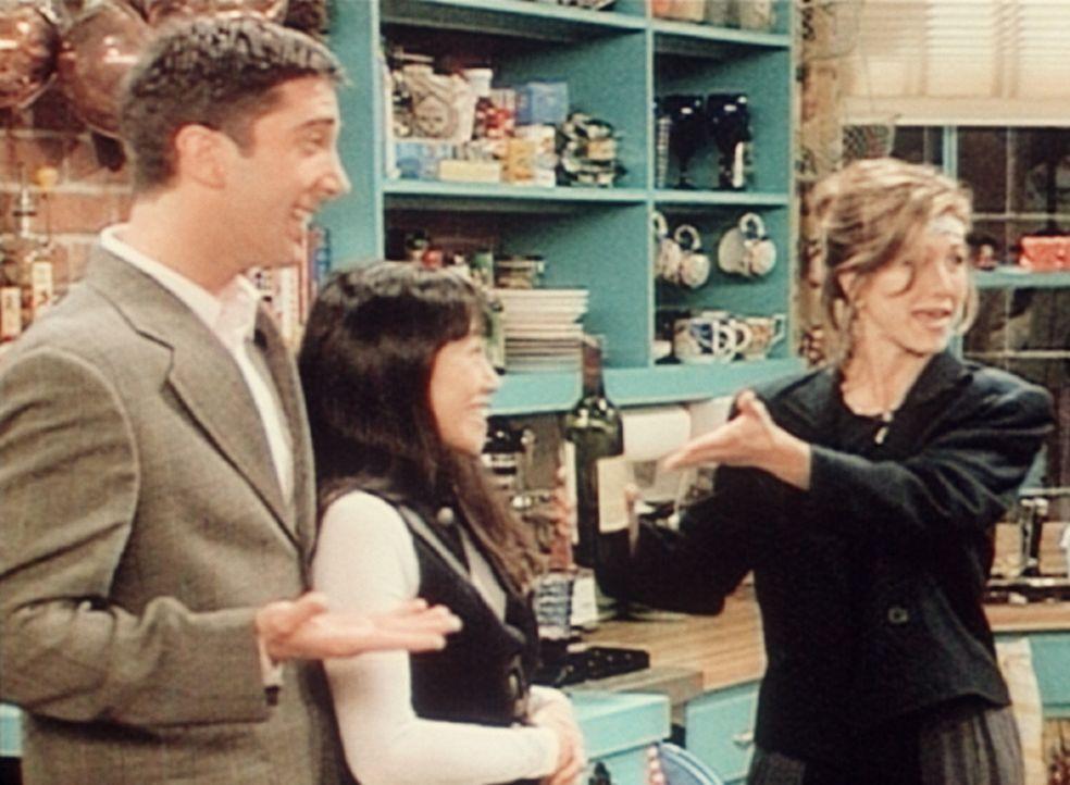 Ross (David Schwimmer, l.) ist glücklich. Endlich hat er eine Freundin gefunden: Julie (Lauren Tom, M.). Rachel (Jennifer Aniston, r.) ist darüber... - Bildquelle: TM+  2000 WARNER BROS.