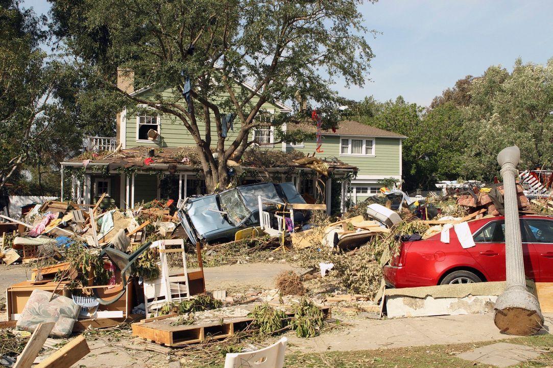 Während sich die Nachwirkungen des Tornados offenbaren, versuchen die Bewohner der Wisteria Lane mit Elan die Schäden zu beseitigen ... - Bildquelle: ABC Studios