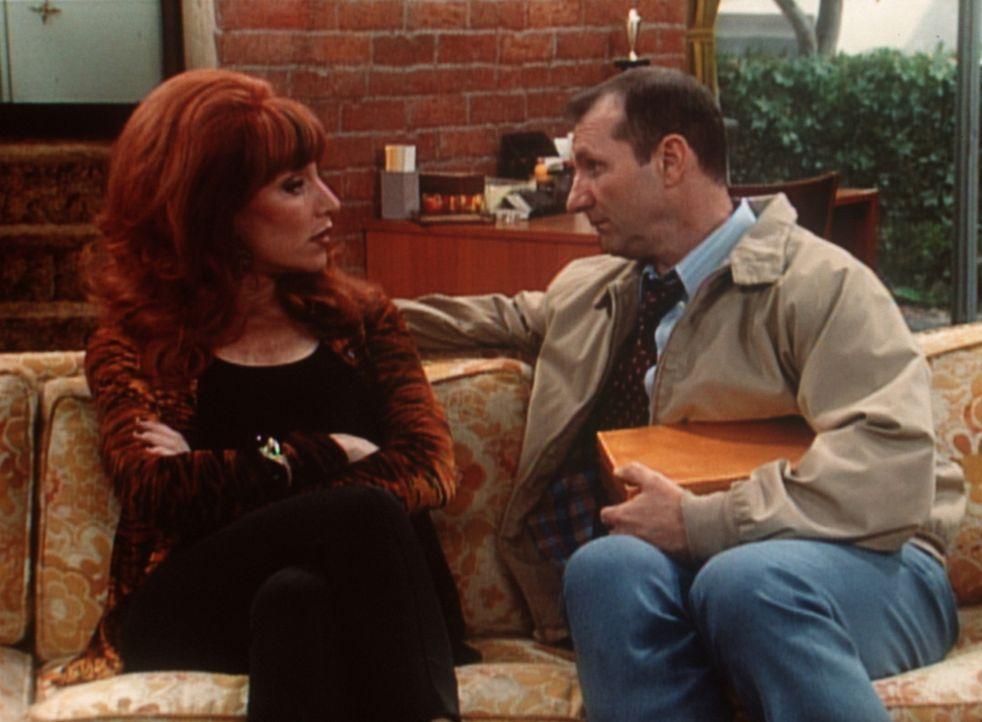 Belgische Pralinen für Peggy (Katey Sagal, l.) - was hat Al (Ed O'Neill, r.) vor? - Bildquelle: Sony Pictures Television International. All Rights Reserved.