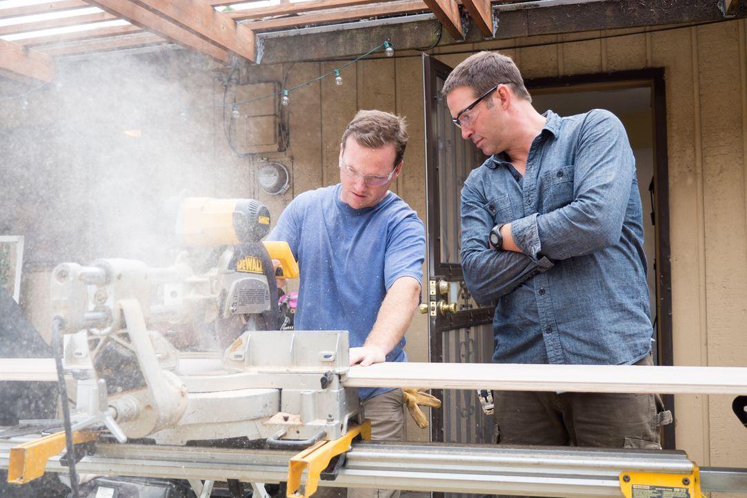 Grant (l.), der Hauseigentümer, kann offensichtlich noch viel von dem erfahrenen Bauunternehmer (r.) lernen und ist dankbar für die Hilfe. - Bildquelle: Fritz Liedtke 2013, HGTV/ Scripps Networks, LLC. All Rights Reserved.